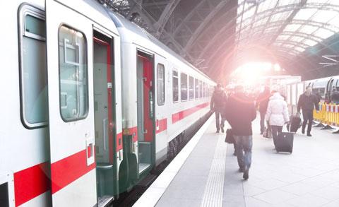 Immobilien Kramsach Bahnhof mit Zug Symbolbild