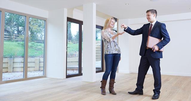 Schlüsselübergabe neue Immobilie Symbolbild