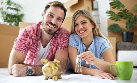 Immobilienmakler Kufstein glückliches Pärchen Schlüsselübergabe